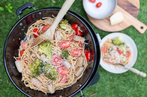 Eenpanspasta met chipolataworstjes en broccoli