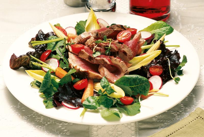 Gebratener thunfisch im salatnest
